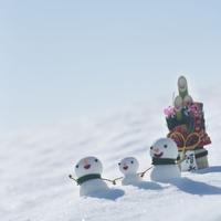 雪原の上の雪だるまと門松
