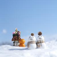 雪原の上の雪だるまと門松 20027006636| 写真素材・ストックフォト・画像・イラスト素材|アマナイメージズ