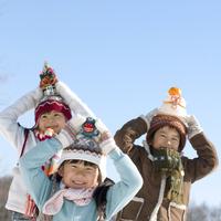 頭の上にお正月小物をのせて遊ぶ子供たち
