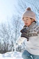 雪原を走る小さな男の子 20027006639| 写真素材・ストックフォト・画像・イラスト素材|アマナイメージズ