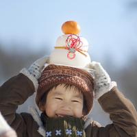 頭の上に鏡餅をのせ微笑む男の子 20027006640| 写真素材・ストックフォト・画像・イラスト素材|アマナイメージズ