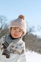 雪原の中で微笑む小さな男の子 20027006643| 写真素材・ストックフォト・画像・イラスト素材|アマナイメージズ