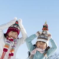 頭の上にお正月小物をのせた2人の女の子 20027006644| 写真素材・ストックフォト・画像・イラスト素材|アマナイメージズ