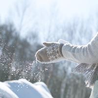 手袋についた雪をはらう女の子の手元