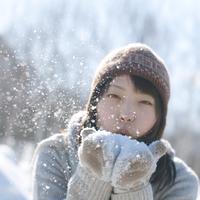 雪に息を吹きかける女の子 20027006649| 写真素材・ストックフォト・画像・イラスト素材|アマナイメージズ