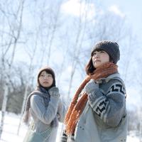 雪原に立つ二人の女の子 20027006650| 写真素材・ストックフォト・画像・イラスト素材|アマナイメージズ