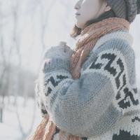 雪原の中で静かに佇む女の子の横顔 20027006651| 写真素材・ストックフォト・画像・イラスト素材|アマナイメージズ