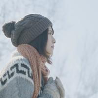 冬空の下で静かに佇む女の子の横顔 20027006652| 写真素材・ストックフォト・画像・イラスト素材|アマナイメージズ