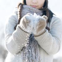 手袋で雪を包む女の子