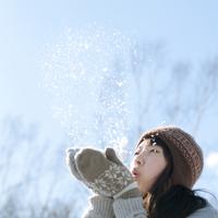 雪に息を吹きかける女の子 20027006654| 写真素材・ストックフォト・画像・イラスト素材|アマナイメージズ