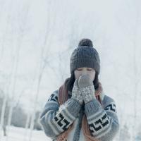 雪原の中で手袋をして目を閉じる女の子 20027006655| 写真素材・ストックフォト・画像・イラスト素材|アマナイメージズ