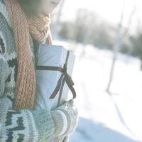 雪原の中でプレゼントを抱く女の子 20027006656| 写真素材・ストックフォト・画像・イラスト素材|アマナイメージズ