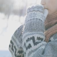 手袋をして暖まる女の子の横顔