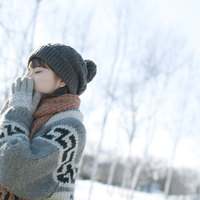 雪原の中で手袋をして暖まる女の子の横顔 20027006658| 写真素材・ストックフォト・画像・イラスト素材|アマナイメージズ