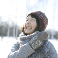 雪原でマフラーを巻き微笑む女の子 20027006659| 写真素材・ストックフォト・画像・イラスト素材|アマナイメージズ