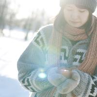手袋をしてキャンドルを持つ女の子 20027006662| 写真素材・ストックフォト・画像・イラスト素材|アマナイメージズ