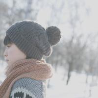 雪原の中で静かに佇む女の子の横顔 20027006663| 写真素材・ストックフォト・画像・イラスト素材|アマナイメージズ