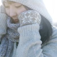 マフラーと手袋をして暖まる女の子