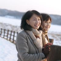 冬の湖を眺める2人のシニア女性 20027006670| 写真素材・ストックフォト・画像・イラスト素材|アマナイメージズ