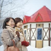 冬の旅行をする2人のシニア女性