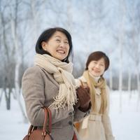 冬景色を楽しむ旅行中の2人のシニア女性