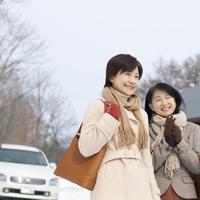 冬のドライブに出掛ける2人のシニア女性