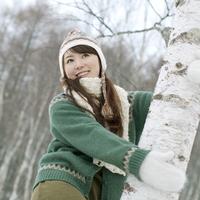 木の幹に抱きつく20代女性