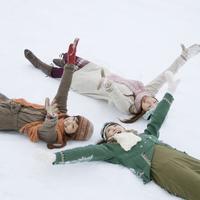 雪の上に寝転ぶ3人の20代女性 20027006689| 写真素材・ストックフォト・画像・イラスト素材|アマナイメージズ