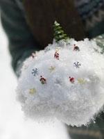 雪とサンタのミニチュアを持つ手元