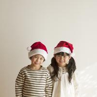 サンタの帽子をかぶった男の子と女の子
