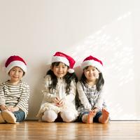 サンタの帽子をかぶり微笑む子供たち