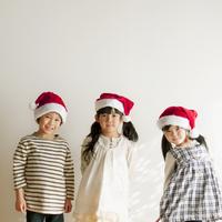 サンタの帽子をかぶった子供たち