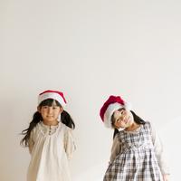 サンタの帽子をかぶった2人の女の子