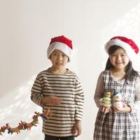 サンタの帽子をかぶりクリスマスグッズを持つ子供たち 20027006730| 写真素材・ストックフォト・画像・イラスト素材|アマナイメージズ