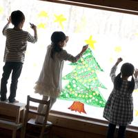 窓にクリスマスツリーのお絵描きをする子供たち 20027006732| 写真素材・ストックフォト・画像・イラスト素材|アマナイメージズ