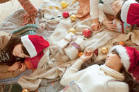 クリスマスパーティーで遊び疲れて眠る3人の20代女性