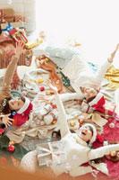 たくさんの服とシャボン玉で遊ぶ女の子のクリスマスパーティー