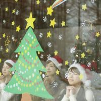 窓に描いたクリスマスツリーに願い事をする20代女性たち 20027006749| 写真素材・ストックフォト・画像・イラスト素材|アマナイメージズ