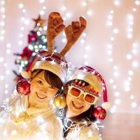 クリスマスのデコレーションとイルミネーションを巻いて光る女性 20027006753| 写真素材・ストックフォト・画像・イラスト素材|アマナイメージズ