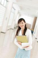 学校の廊下でお辞儀をする女性教師