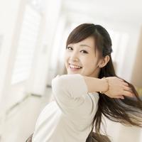 笑顔で振り向く髪の長い女性 20027006869| 写真素材・ストックフォト・画像・イラスト素材|アマナイメージズ