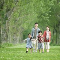 ポプラ並木を歩く親子