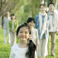 ポプラ並木の前に並ぶ3世代家族