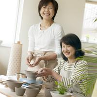 陶芸をする2人のシニア女性