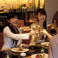 飲食店で乾杯をする3人の女性