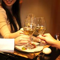 乾杯をする3人の女性の手元