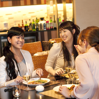 食事をしながら会話をする3人の女性