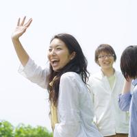 笑顔で手を振る大学生