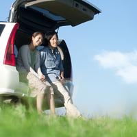 車の荷台に座り微笑むカップル 20027007197| 写真素材・ストックフォト・画像・イラスト素材|アマナイメージズ