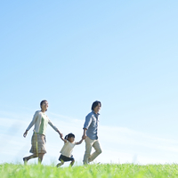 草原で手をつなぎ微笑む親子 20027007204| 写真素材・ストックフォト・画像・イラスト素材|アマナイメージズ
